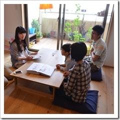 造作ソファ・小下がり畳の間とウッドデッキのある家(兵庫県神戸市)
