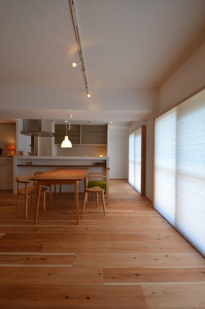 大阪都島O邸。南側バルコニーに面した窓に設けたハニカム断熱ブラインド。