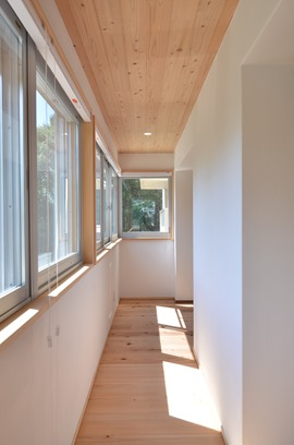 明石団地リフォームM邸。窓だらけの渡り廊下は内窓+断熱ブラインドで入念に断熱。