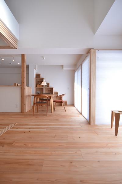 神戸須磨O邸。L字の窓に合わせてコーナーに杉柱を入れて内窓・ブラインドを設置。