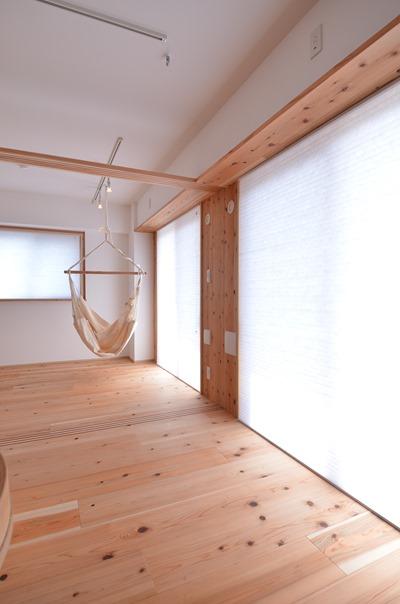 ↑世田谷T邸。南側の明るい窓面に設けた断熱ブラインドは障子のような雰囲気。