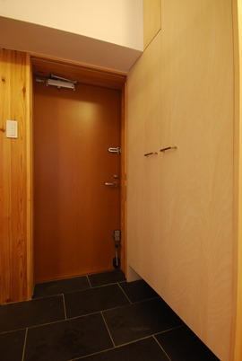 茨木M邸。こちらも玄関収納と外壁の間にすっぽり納まる玄関網戸。視線は少ないのでかなり荒めの格子。