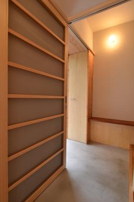西宮K邸。柱型があるため室内にセットバックさせて設けた造作網戸。ミラー引戸は網戸の框に当てて閉める。