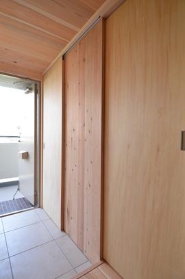 大きな玄関空間を引戸で仕切るシューズクローク