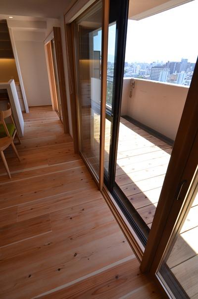 大阪都島O邸。マンションはバルコニーの奥行きがある場合が多いので結構なスペースを確保することができる。
