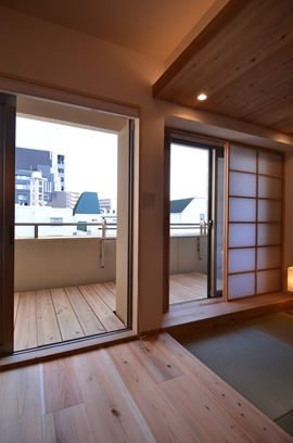 ↑神戸兵庫区Y邸。室内の床とウッドデッキの床高さを揃えることで視線が外まで伸び、室内が広がったように感じる。