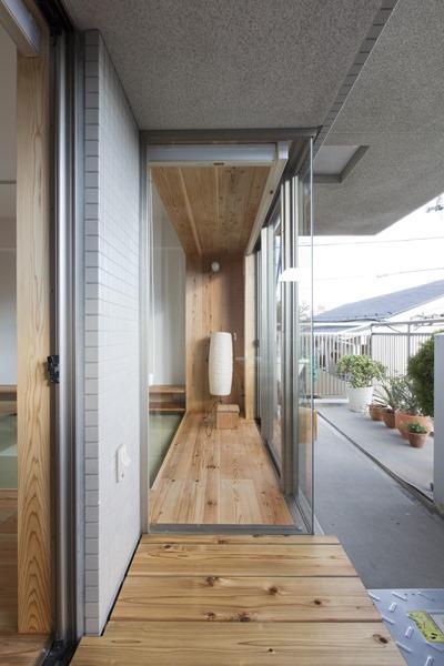 東京三鷹I邸。L字のコーナー窓と床を揃えて家の中からも外からも見えるようにすると外と内の認識が曖昧になって面白い。