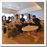 ウッドデッキの中庭と黒い板壁の書斎スペースのある家(大阪都島)