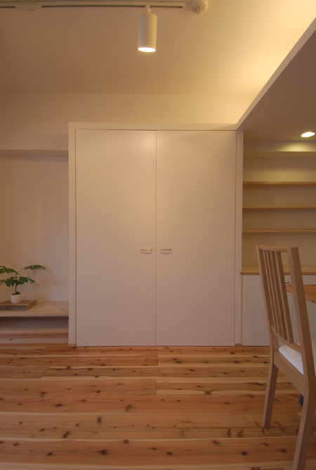 リビング収納。扉面材をホワイトにすることで壁と一体化させて、存在感を消... 壁面と一体化させて