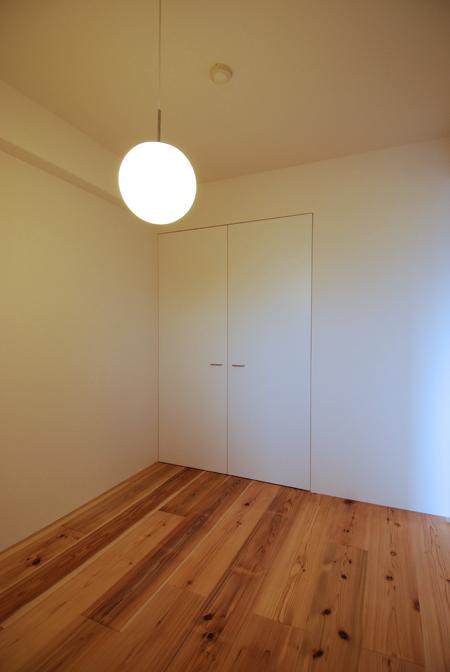 杉床と珪藻土クロスに包まれた子供室 木のマンションリフォーム