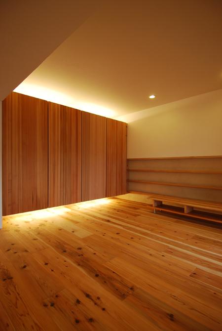 家庭のアイデア 家 内装 おしゃれ : リビングの一面は鳥取智頭杉の ...