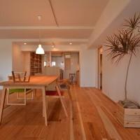 『ナラのワークカウンターと本棚廊下のあるリノベーション』兵庫県芦屋市