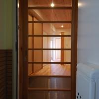 マンションの玄関網戸は木製引戸でつくる