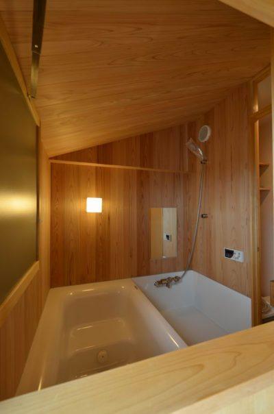 壁も天井も木材で仕上げたハーフユニットバスの事例
