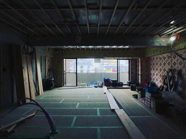 摂津本山の家、乾式二重床工事が終わり、杉床貼り始めています。