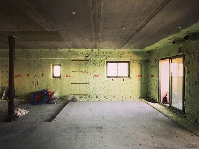 施主さんや工務店さんたちと墨出しや断熱と下地等の打ち合わせ。今回は初めて床下を暖房用チャンバーとして使うので、ホコリやら掃除やら色々悩ましい・・・けどこんなん考えてるときがほんと楽しい(笑)壁は既存の35ミリ断熱を活かしつつ柱間に吹付、天井も全面吹き付け断熱の予定です!