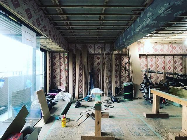 摂津本山の家、大工のおきもっちゃんと枠周りその他造作打ち合わせ。下地工事が進んでます。ここ数日図面に追われ続けて肩やら首がおかしい・・・年々図面描きが肉体的に辛くなってきたなぁ・・・