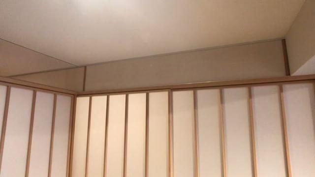 小上がりスペースの障子の上部は、梁に合わせて低く抑えた廊下の天井裏を使った天袋収納。収納奥の壁は取り外せるので天井ふところの点検口としても。あまり重いものは載せられませんけどこういう収納あると助かりますよね〜