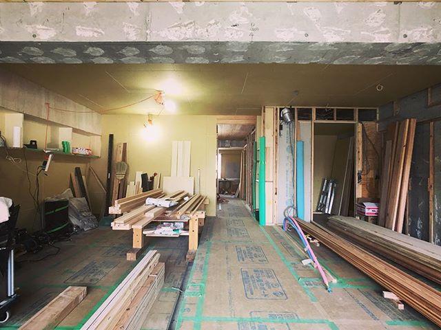 摂津本山の家、現場打ち合わせ。石膏ボードや杉羽目板貼りの造作工事進んでいます。リビングは杉板と一段落としたカーペット仕上げの床になる予定です。