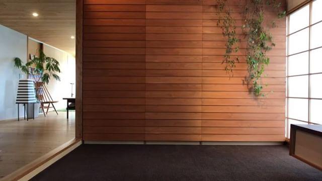 明日のセミナー用にたためるハンモックの動画を急遽撮影。中南米の寝具として生まれたハンモックを、日本の住宅事情に合わせ敷布団の三つ折りから着想した折りたたみ家具にしてみました。綿糸を藍染した手編みハンモックと無垢材を使った木の家具です。#ハンモック #ハンモックチェア #ハンモックスタンド