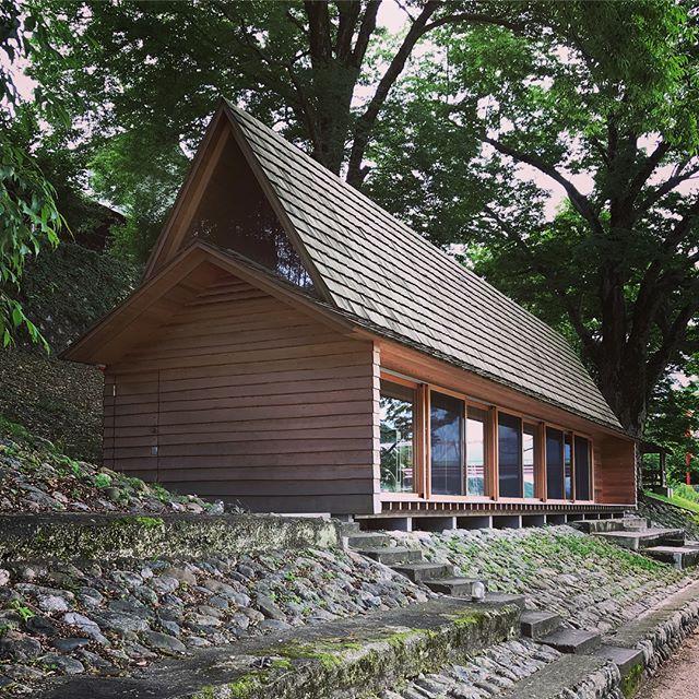 吉野杉の家/長谷川豪(2017)を見学。写真ではかなり見てましたけど、想像以上にストイックな空間でした。かなり好評らしく、週の半分は外国からの宿泊客で埋まってるらしいです〜