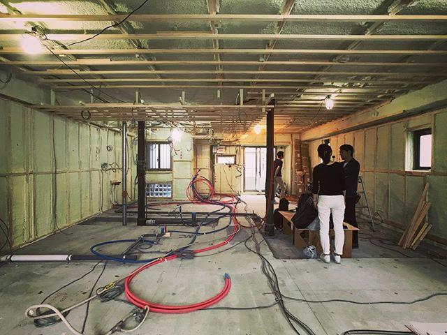 浦和の家現場打ち合わせ。壁と天井の下地と吹付断熱工事が終わってます。いよいよ大工工事本番です。土間の防塵対策してから二重床と杉床張りに入っていきます。さぁ急いで池袋向かいます!