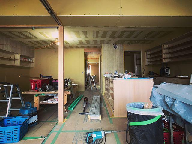 摂津本山の家、仕上げ工事進んでます。塗装工事の塗り方指示したり、ちょっと塗るの手伝ったり。今日はマジで暑い。久しぶりに現場で汗だくになった・・・ 5枚引戸の溝と物干しのギミックを内包した窓際天井スリットはおきもっちゃん苦心の作。断熱ブラインドにカーテンもつく予定。窓際の造作密度が過去最高です(´∀`)