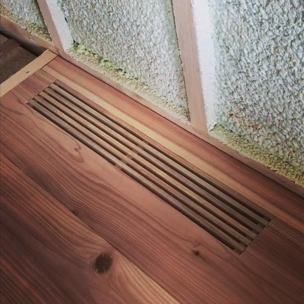 床吹き出しガラリ。夏のホコリ対策に開閉したいけど、既製品で気にいるの無かったので考えてみました。引き抜いて90度回転してはめるだけ。床厚30ミリ用、タモ材使用。開閉個数で風量調節もできます。強度とか作りも少し見直して商品化の予定。