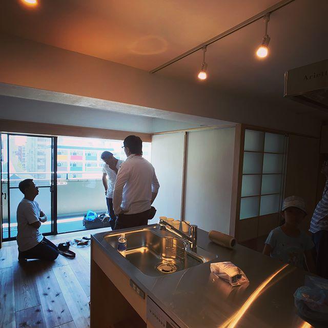 摂津本山の家、お引き渡し。なんとか間に合いました。納材してくれた橘兄弟が見学に来てくれました。竣工写真は来週の引越し前に写真と動画撮影予定。