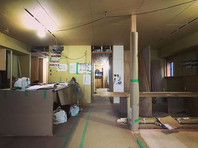 今日は浦和の家打ち合わせ。大工工事大詰めです。建具屋さんとマニアックな打ち合わせしつつ、施主さんとカーペットとソファ、建具の生地決め。オープンハウスが9月半ばに決まりました。お近くの方、また案内お送りします〜