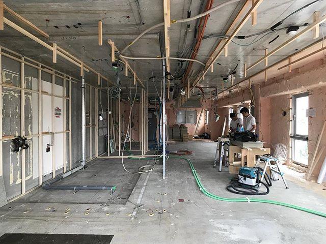 横浜、弘明寺の家現場打ち合わせ。スラブの防塵塗装と乾式二重床の搬入完了してます。東面の巨大出窓が設計的にも施工的にも今回のポイントというか悩みどころ・・・さぁ、浦和向かいます!